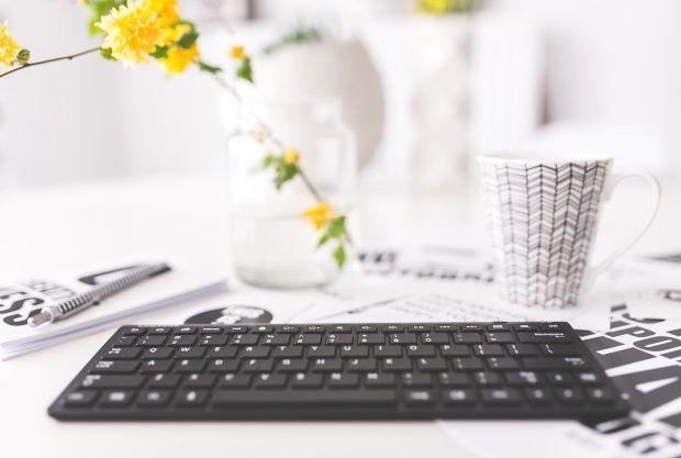 teclado-con-flores-amarillas-y-una-taza_1162-165